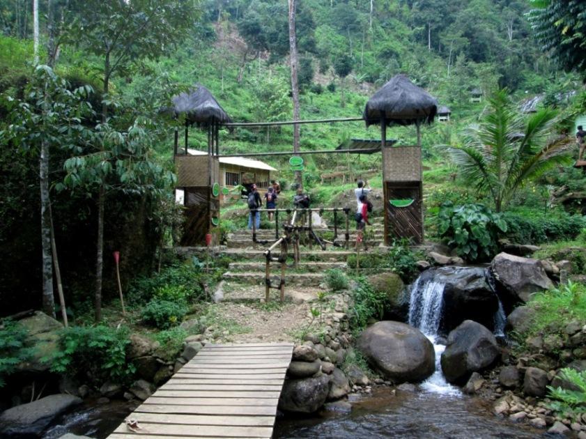 Foto: Gapura gerbang masuk kawasan Wanawisata Curug Pletuk (dokumen pribadi)
