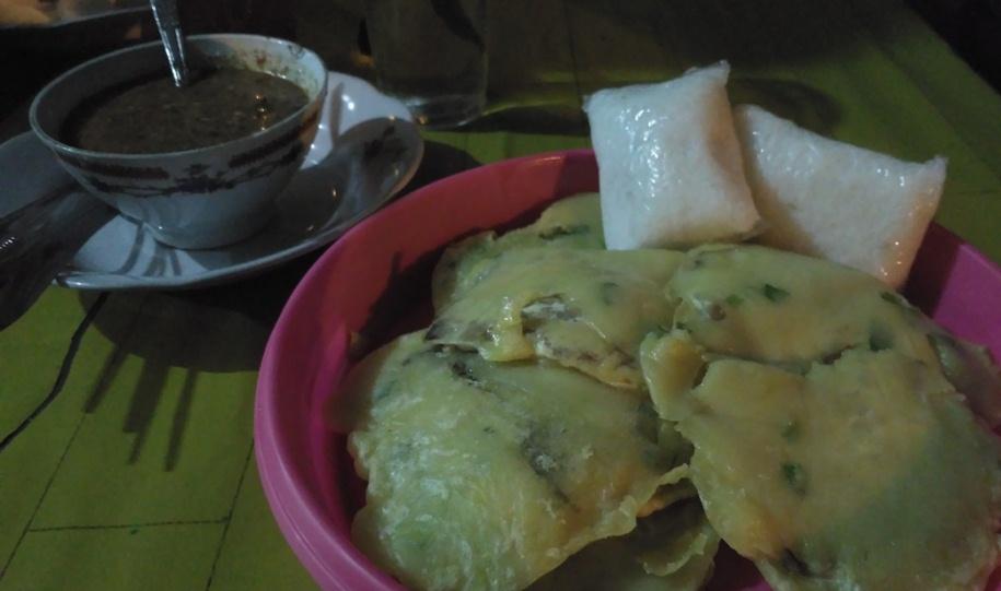 Foto: Mendoan Coboy disajikan terpisah dengan ketupat dan sambal kacang (Dokumen Pribadi)