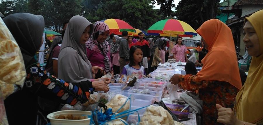 Foto: Suasana Pasar Sore Kampung Ramadhan Kauman 1438H Banjarnegara Jam 4 sore (dokumen pribadi)