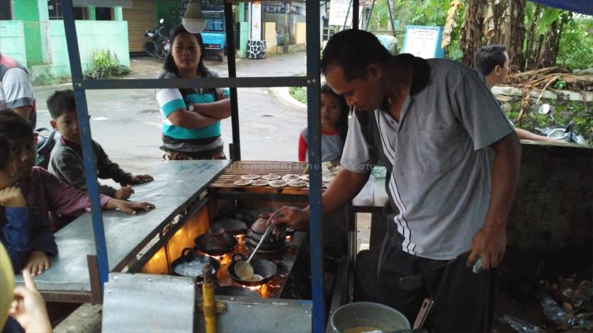Foto: Pak Narsun dengan lihainya memasak serabi jawa.